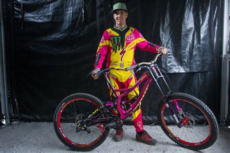 Auktion: Sam Hills Specialized Demo Carbon in Pink sowie